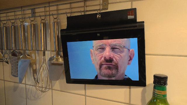 Beim Kochen in der Küche eine Serie schauen: Auch das geht mit dem Yoga 2 bestens